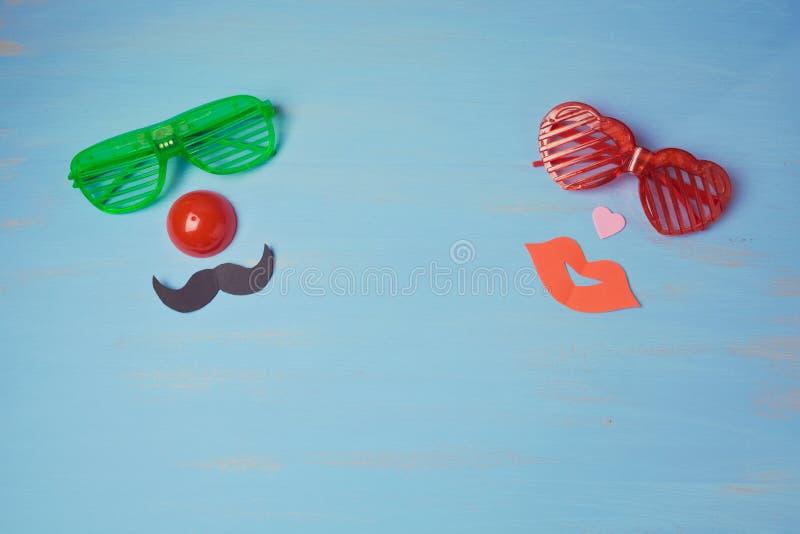 Υπόβαθρο καρναβαλιού με τα αρσενικά και θηλυκά αστεία γυαλιά κομμάτων στοκ φωτογραφίες
