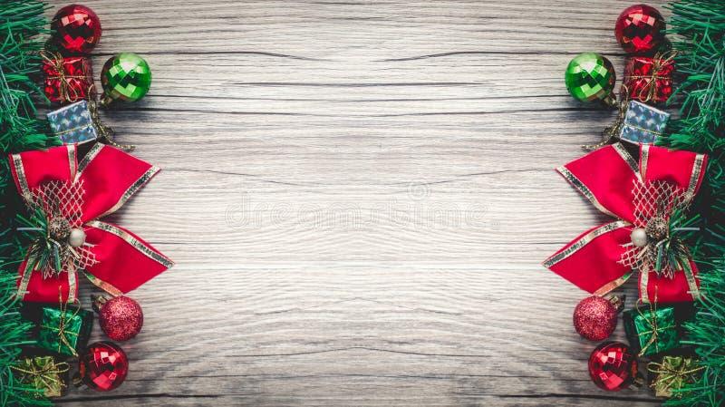 Υπόβαθρο κιβωτίων και σφαιρών δώρων Χριστουγέννων στην ξύλινη σύσταση στοκ φωτογραφία με δικαίωμα ελεύθερης χρήσης