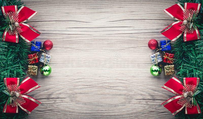 Υπόβαθρο κιβωτίων και σφαιρών δώρων Χριστουγέννων στην ξύλινη σύσταση στοκ εικόνες