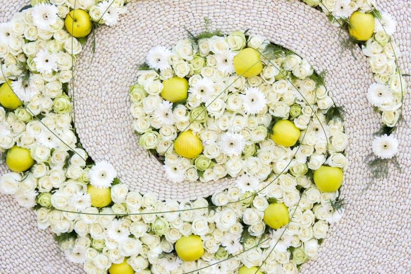 Υπόβαθρο λουλουδιών - λουλούδια και μήλα στοκ φωτογραφία