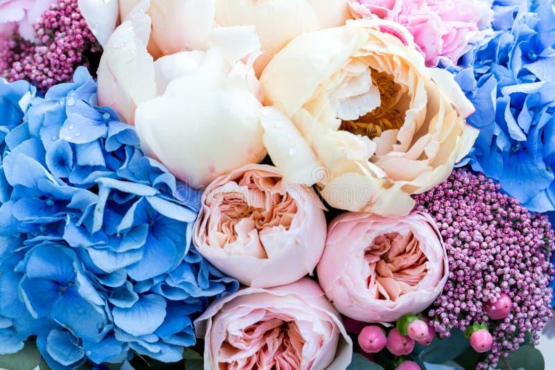 Υπόβαθρο λουλουδιών με τα καταπληκτικά ρόδινα και κρεμώδη peonies Ανθοδέσμη των ευγενών peony λουλουδιών στοκ φωτογραφία με δικαίωμα ελεύθερης χρήσης