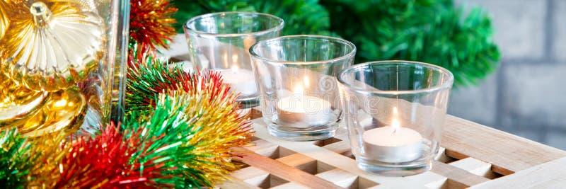 Υπόβαθρο με τα κεριά τσαγιού και τις διακοσμήσεις χριστουγεννιάτικων δέντρων στοκ εικόνες με δικαίωμα ελεύθερης χρήσης