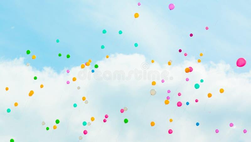 Υπόβαθρο με τα πολύχρωμα πετώντας μπαλόνια στο μπλε ουρανό στοκ φωτογραφία με δικαίωμα ελεύθερης χρήσης
