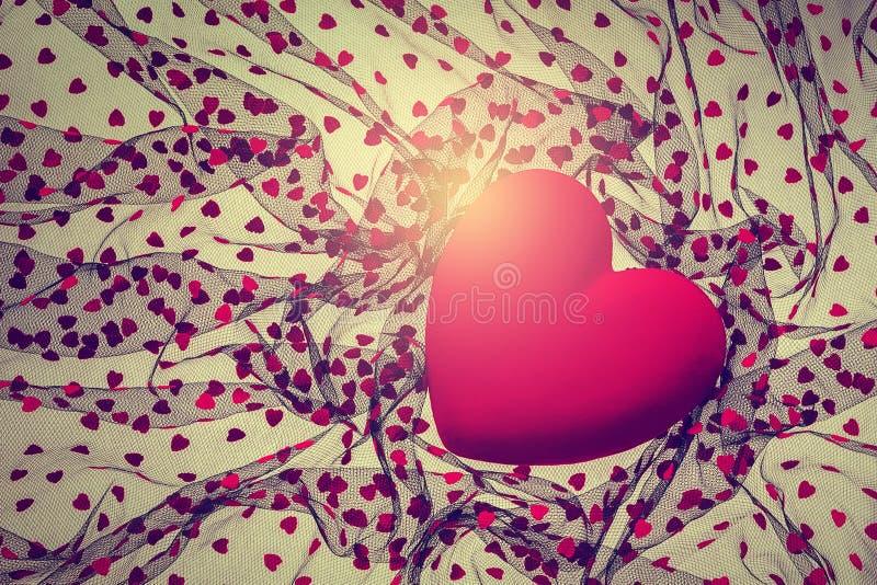 Υπόβαθρο με την κόκκινη καρδιά βελούδου στοκ εικόνες
