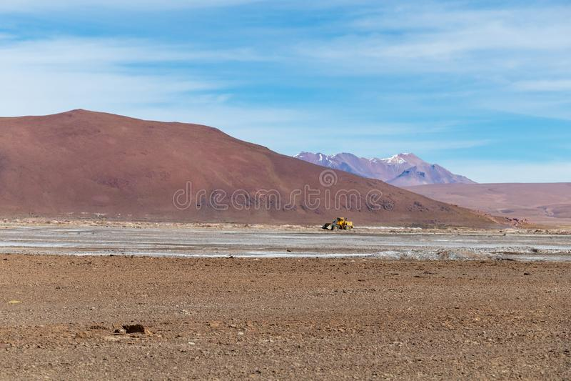 Υπόβαθρο με το άγονο τοπίο ερήμων στις βολιβιανές Άνδεις, στην επιφύλαξη φύσης Edoardo Avaroa στοκ φωτογραφίες
