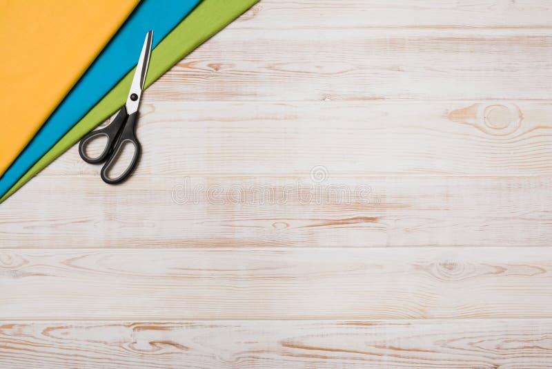 Υπόβαθρο με το ράψιμο ή το πλέξιμο των εργαλείων και των εξαρτημάτων στοκ εικόνες