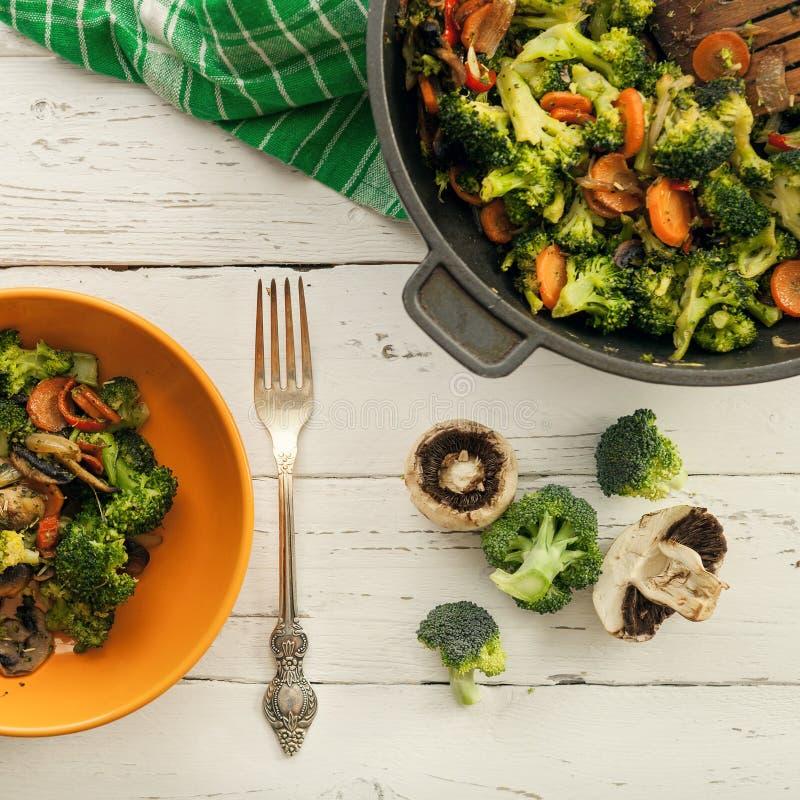 Υπόβαθρο με το φρέσκο έτοιμο φυτικό πιάτο μιγμάτων στοκ φωτογραφία με δικαίωμα ελεύθερης χρήσης