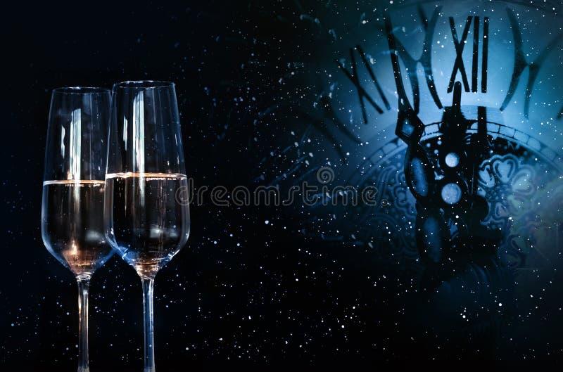 Υπόβαθρο με το χρόνο και σαμπάνια για ένα νέο έτος στοκ φωτογραφία