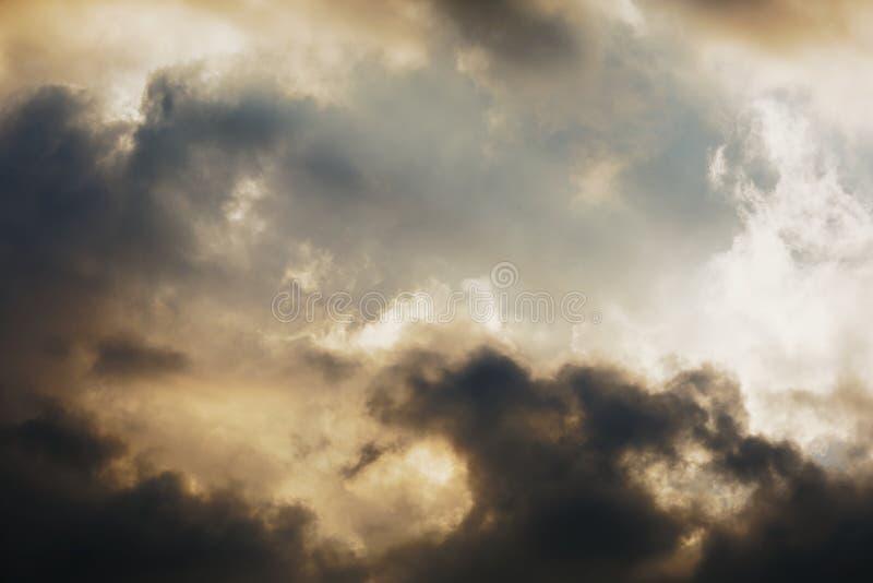 Υπόβαθρο μπλε ουρανού με τα άσπρα σύννεφα στοκ εικόνες