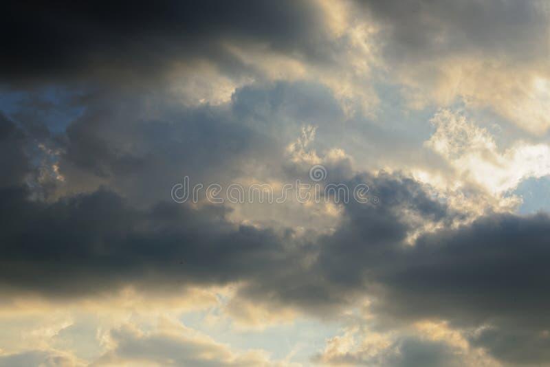 Υπόβαθρο μπλε ουρανού με τα άσπρα σύννεφα στοκ φωτογραφίες με δικαίωμα ελεύθερης χρήσης