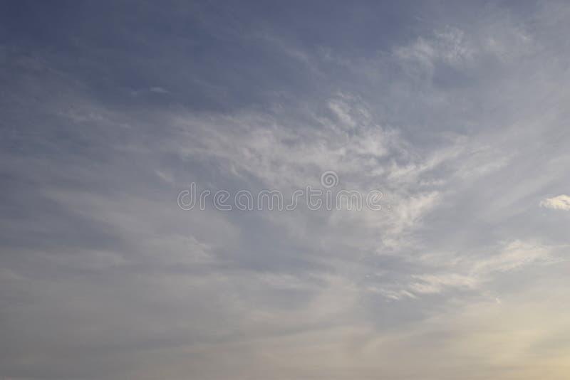Υπόβαθρο μπλε ουρανού με τα σύννεφα Η ομορφιά του ουρανού με τα σύννεφα και τον ήλιο στοκ εικόνες