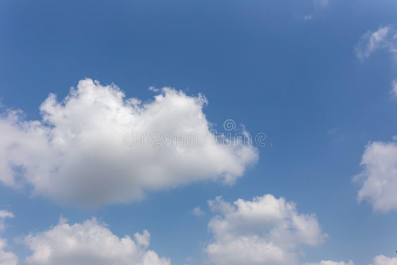Υπόβαθρο μπλε ουρανού με τα σύννεφα, ουρανός υποβάθρου στοκ φωτογραφίες