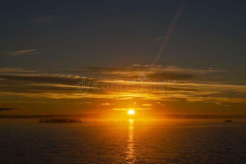Υπόβαθρο ουρανού ηλιοβασιλέματος Δραματικός χρυσός ουρανός ηλιοβασιλέματος με τα σύννεφα ουρανού βραδιού πέρα από τη θάλασσα  Έδα στοκ φωτογραφία με δικαίωμα ελεύθερης χρήσης