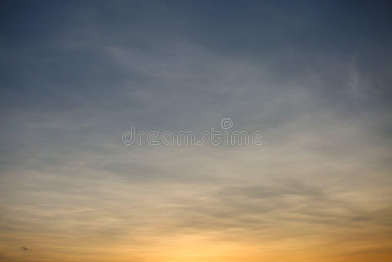 Υπόβαθρο ουρανού και κενή περιοχή για το κείμενο, υπόβαθρο φύσης και αίσθημα καλός στο λυκόφως ή το πρωί, υπόβαθρο για την παρουσ στοκ εικόνα