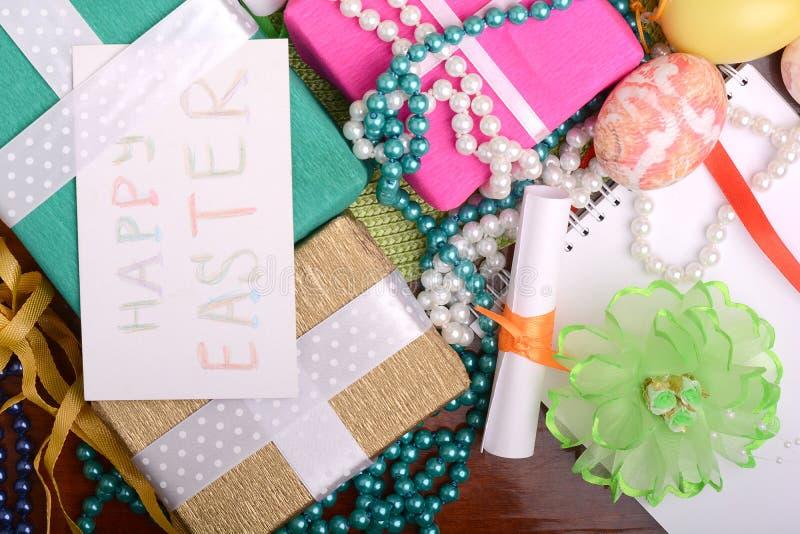 Υπόβαθρο Πάσχας με τα αυγά, τις κορδέλλες και τη διακόσμηση άνοιξη στοκ φωτογραφία με δικαίωμα ελεύθερης χρήσης