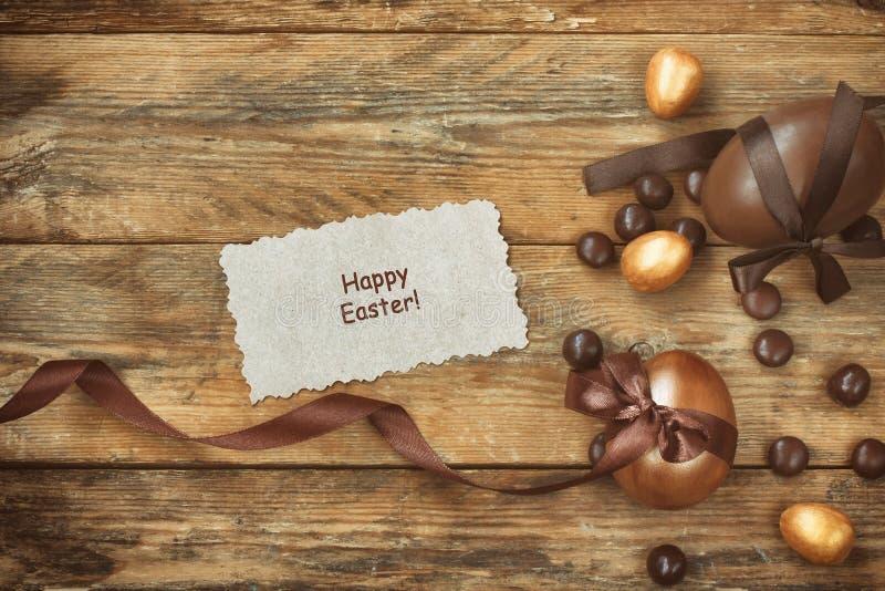Υπόβαθρο Πάσχας με το χρυσό και αυγό σοκολάτας στοκ εικόνα