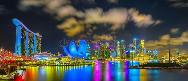 Υπόβαθρο πανοράματος του ορίζοντα πόλεων της Σιγκαπούρης στο ηλιοβασίλεμα και την άποψη των ουρανοξυστών στον κόλπο μαρινών, εναέ στοκ φωτογραφίες