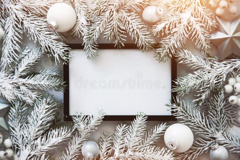 Υπόβαθρο πλαισίων Χριστουγέννων με τις διακοσμήσεις χριστουγεννιάτικων δέντρων και Χριστουγέννων Ευχετήρια κάρτα Χαρούμενα Χριστο στοκ φωτογραφίες