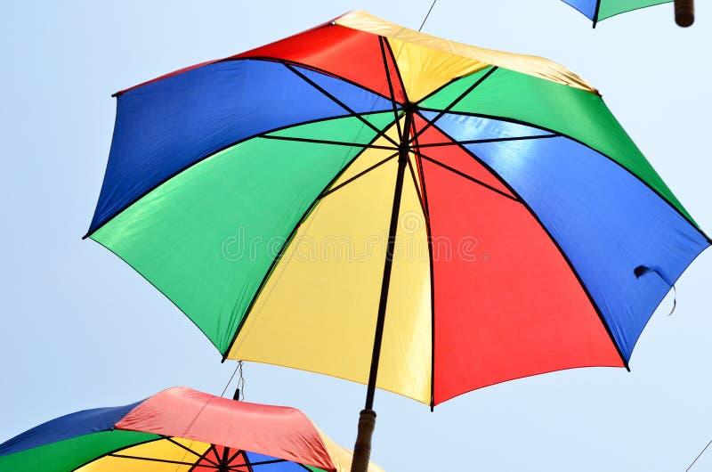 Υπόβαθρο, πολλές ανοικτές πολύχρωμες ομπρέλες στοκ φωτογραφία με δικαίωμα ελεύθερης χρήσης