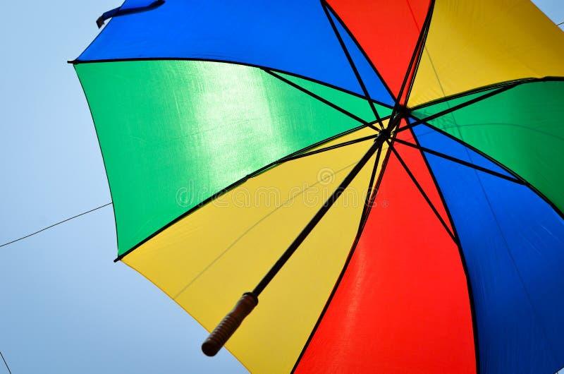 Υπόβαθρο, πολλές ανοικτές πολύχρωμες ομπρέλες στοκ εικόνα με δικαίωμα ελεύθερης χρήσης