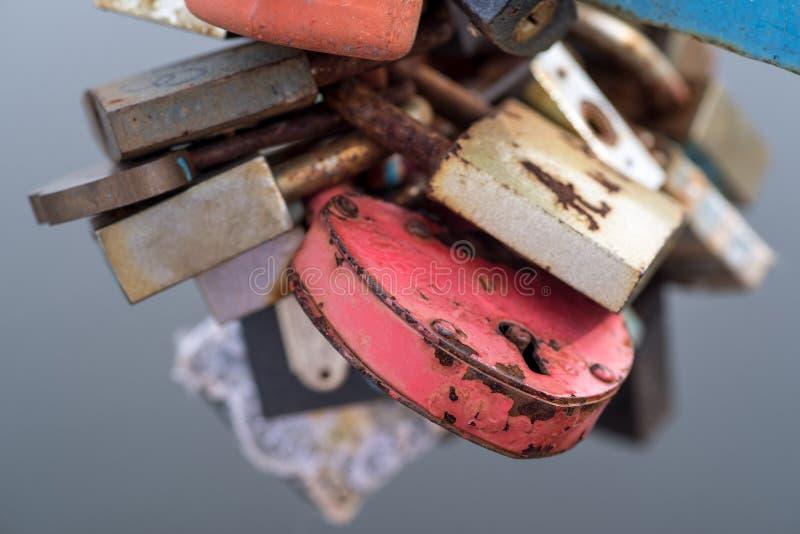 Υπόβαθρο Πολύχρωμες σκουριασμένες κλειδαριές, γαμήλια κλειδαριά της αγάπης στοκ εικόνες