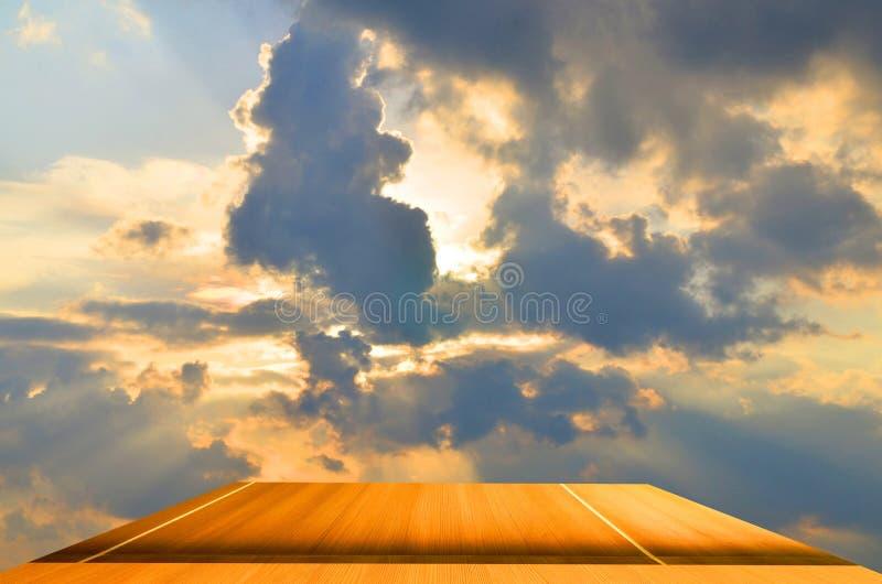 Υπόβαθρο σανίδων του μπλε ήλιου στοκ εικόνα