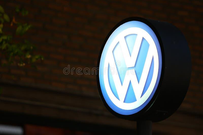 Υπόβαθρο σημαδιών του Volkswagen τη νύχτα στοκ εικόνες με δικαίωμα ελεύθερης χρήσης