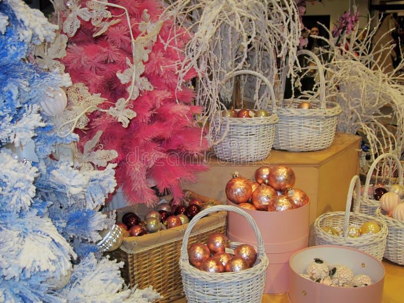 Υπόβαθρο σφαιρών Χριστουγέννων με τα νέα δέντρα έτους στοκ εικόνες