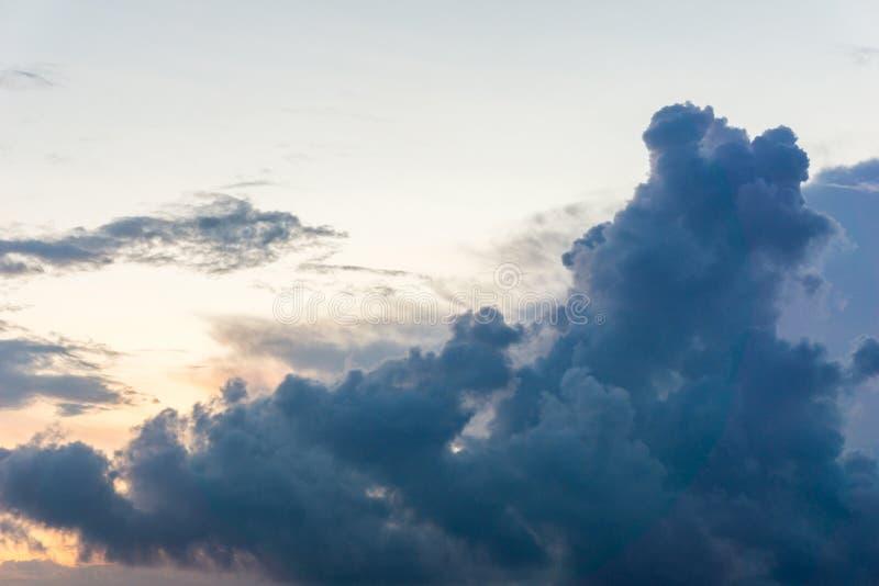 Υπόβαθρο σωρειτών σύννεφων λυκόφατος ουρανού στοκ εικόνα