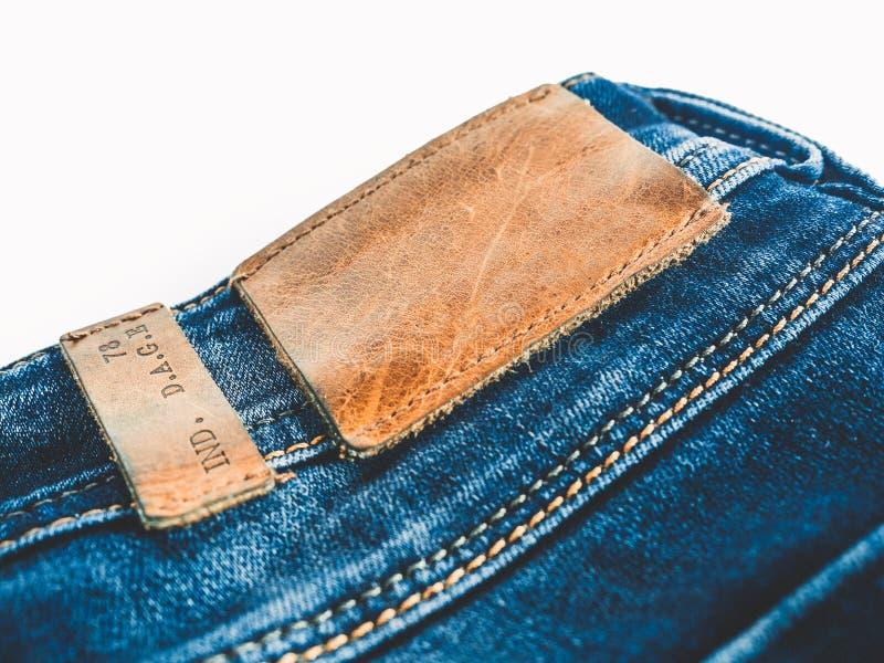 Υπόβαθρο τζιν Το τζιν παντελόνι με ένα καφετί δέρμα ονομάζει το κενό διάστημα στοκ εικόνα με δικαίωμα ελεύθερης χρήσης