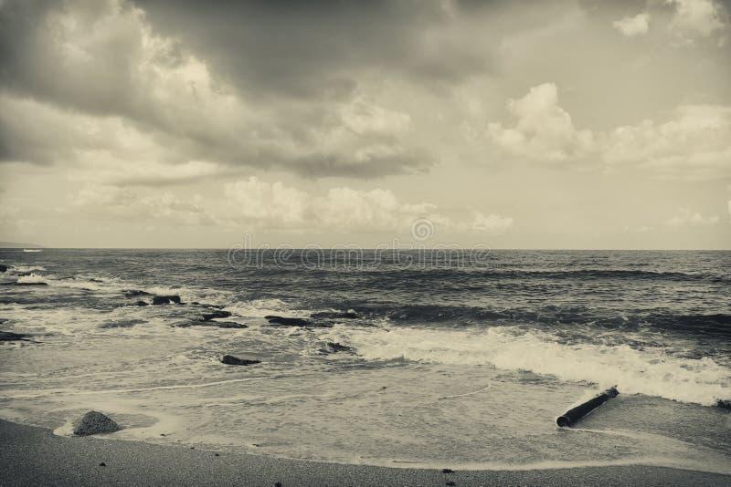 Υπόβαθρο της αμμώδους παραλίας και των ωκεάνιων κυμάτων γραπτός, σέπια στοκ φωτογραφίες