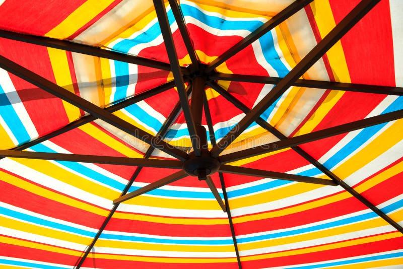 Υπόβαθρο της ζωηρόχρωμης ομπρέλας στοκ εικόνες