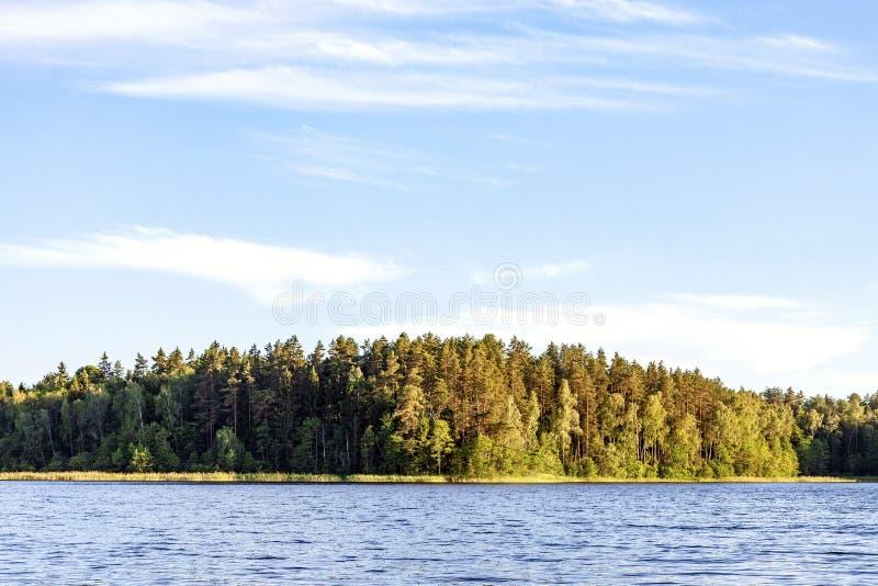 Υπόβαθρο τοπίων φύσης με την ήρεμη λίμνη και δάσος στο ηλιοβασίλεμα το καλοκαίρι στοκ φωτογραφία