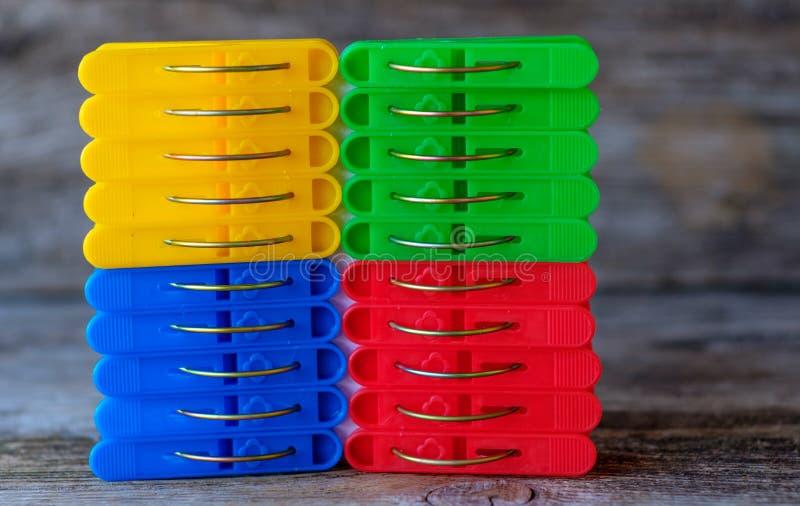 Υπόβαθρο του μπλε, κόκκινου, κίτρινου και πράσινου λινού clothespins στοκ εικόνες