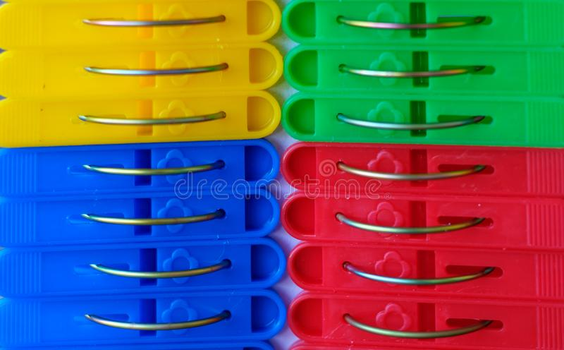 Υπόβαθρο του μπλε, κόκκινου, κίτρινου και πράσινου λινού clothespins στοκ εικόνες με δικαίωμα ελεύθερης χρήσης