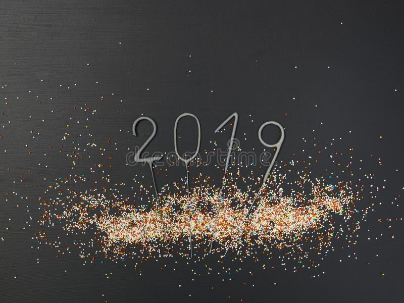 Υπόβαθρο του νέου έτους με την εγγραφή του 2019 και πολλών ζωηρόχρωμων σφαιρών στο μαύρο υπόβαθρο στοκ φωτογραφίες