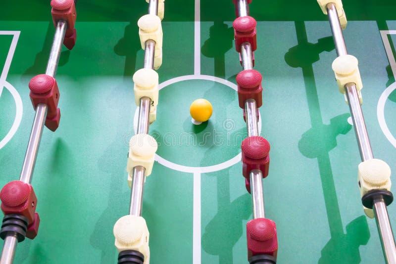 Υπόβαθρο του παιχνιδιού του επιτραπέζιου ποδοσφαίρου, κινηματογράφηση σε πρώτο πλάνο άνωθεν στοκ φωτογραφία