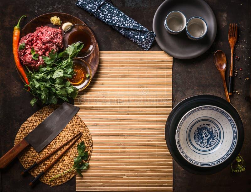 Υπόβαθρο τροφίμων με τα συστατικά στις ασιατικές σφαίρες ή το γέμισμα κρέατος: Mincemeat, σκόρδο, τσίλι, πιπερόριζα, χορτάρια και στοκ φωτογραφία με δικαίωμα ελεύθερης χρήσης