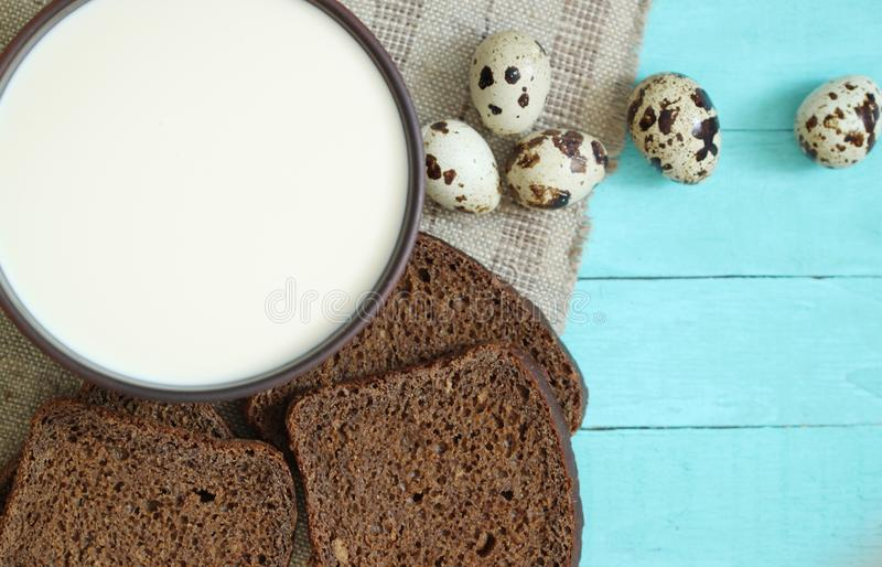 Υπόβαθρο τροφίμων, ψωμί, γάλα, πρόγευμα αυγών στον ξύλινο πίνακα στοκ εικόνες με δικαίωμα ελεύθερης χρήσης