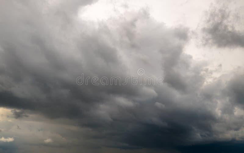 Υπόβαθρο των σκοτεινών σύννεφων θύελλας πριν από thunder-storm ενάντια ανασκόπησης μπλε σύννεφων πεδίων άσπρο σε wispy ουρανού φύ στοκ εικόνα με δικαίωμα ελεύθερης χρήσης