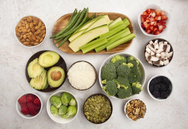 Υπόβαθρο των φρέσκων φρούτων και λαχανικών και μη ζωικού Protiens ένας τέλειος χαμηλός εξαερωτήρας ή ένας συνδυασμός Vegan στοκ εικόνα με δικαίωμα ελεύθερης χρήσης