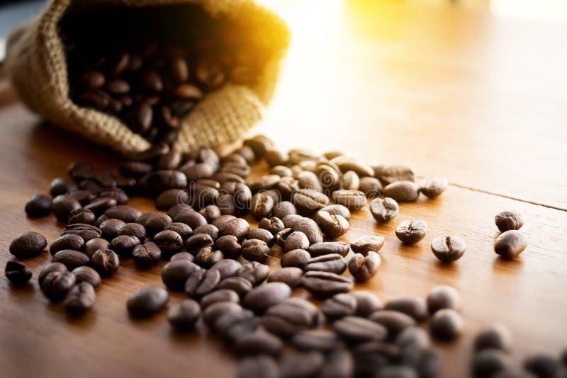 Υπόβαθρο φασολιών καφέ: Φασόλι καφέ στο ξύλινο υπόβαθρο grunge στοκ φωτογραφία