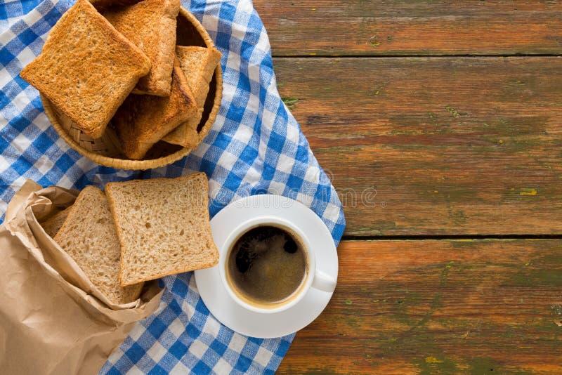 Υπόβαθρο, φρυγανιά και καφές προγευμάτων στην αγροτική ξύλινη, τοπ άποψη στοκ φωτογραφίες με δικαίωμα ελεύθερης χρήσης