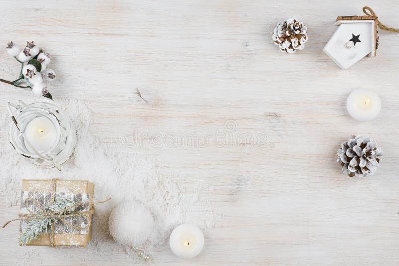 Υπόβαθρο χειμερινών διακοπών στο λευκαμένο ξύλινο πίνακα σύστασης στοκ φωτογραφία