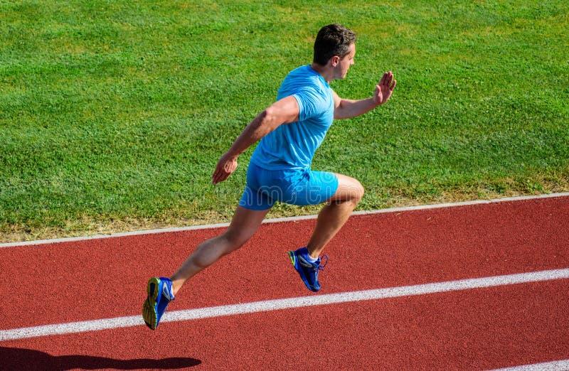 Υπόβαθρο χλόης διαδρομής τρεξίματος αθλητών Κατάρτιση Sprinter στη διαδρομή σταδίων Πρόοδος και επίτευγμα Η κατάρτιση πριν από πα στοκ εικόνα
