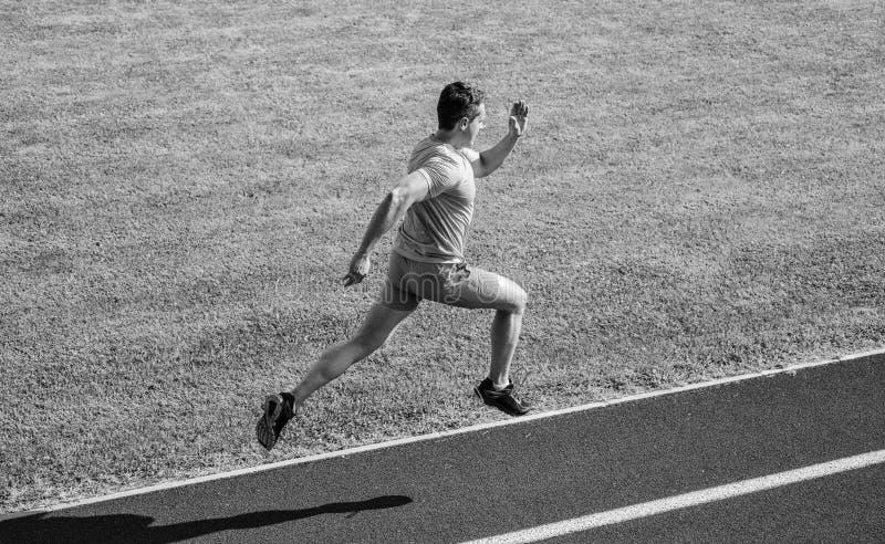 Υπόβαθρο χλόης διαδρομής τρεξίματος αθλητών Κατάρτιση Sprinter στη διαδρομή σταδίων Δρομέας που συλλαμβάνεται στον αέρα Σύντομη α στοκ εικόνες