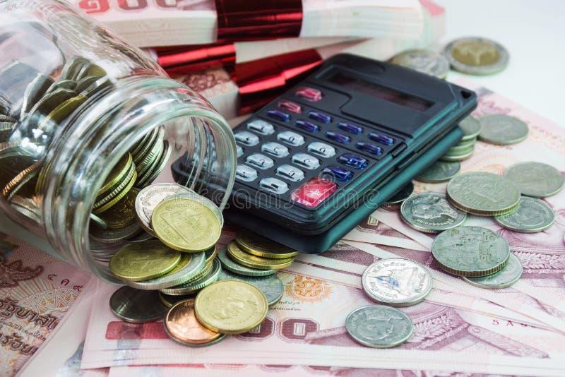 Υπόβαθρο χρημάτων με τα νομίσματα και τον υπολογιστή στοκ εικόνες