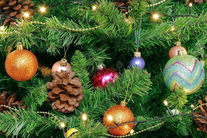 Υπόβαθρο Χριστουγέννων για τη ευχετήρια κάρτα και τις περιοχές Πράσινο χριστουγεννιάτικο δέντρο με τους μεγάλους κώνους Διακοσμημ στοκ εικόνες