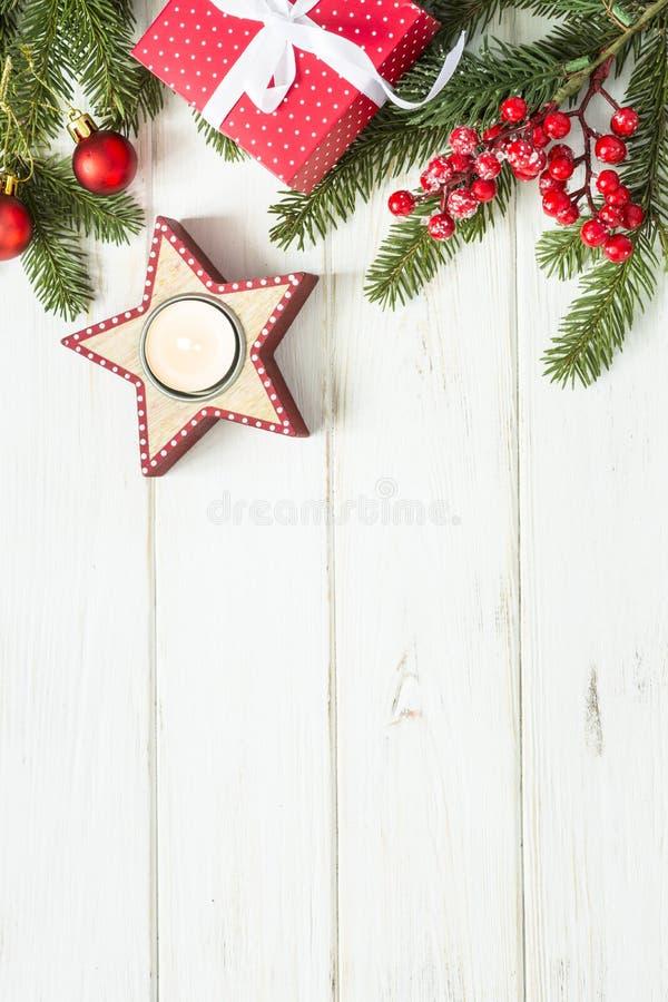 Υπόβαθρο Χριστουγέννων - κόκκινες παρούσες κιβώτιο, κερί και διακοσμήσεις ο στοκ εικόνα
