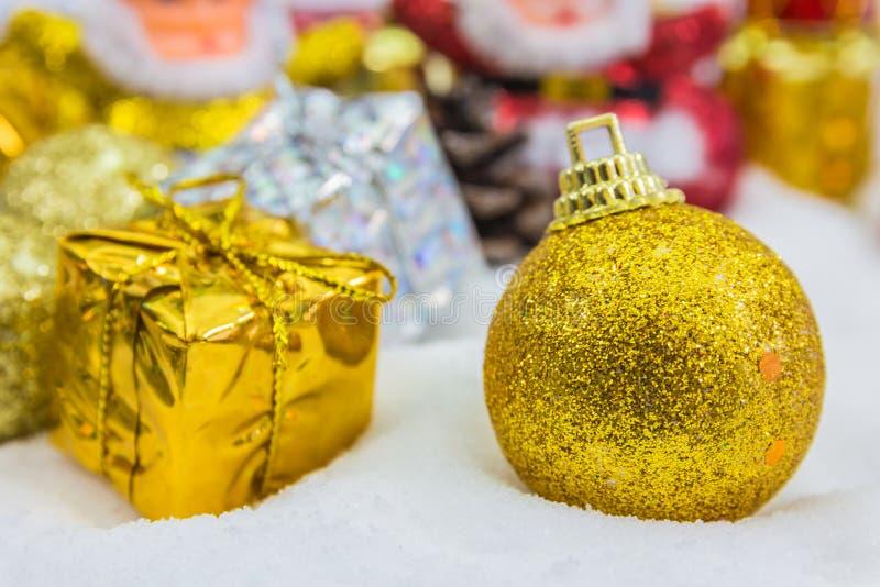 Download Υπόβαθρο Χριστουγέννων με ένα χρυσό κιβώτιο δώρων στο χιόνι Στοκ Εικόνες - εικόνα από χαιρετισμός, παρόν: 62700002